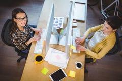 Πορτρέτο των θηλυκών συναδέλφων που εργάζονται στο γραφείο υπολογιστών Στοκ φωτογραφία με δικαίωμα ελεύθερης χρήσης