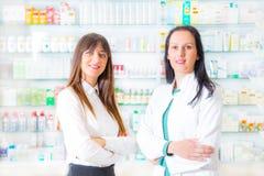 Πορτρέτο των θηλυκών φαρμακοποιών στοκ εικόνα με δικαίωμα ελεύθερης χρήσης