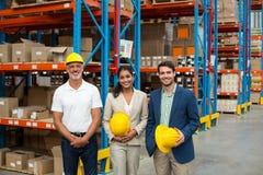Πορτρέτο των διευθυντών και του εργαζομένου αποθηκών εμπορευμάτων που στέκονται από κοινού στοκ φωτογραφία με δικαίωμα ελεύθερης χρήσης