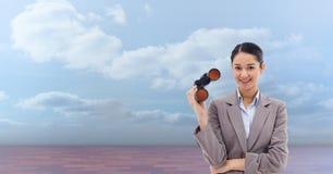 Πορτρέτο των διοπτρών εκμετάλλευσης επιχειρηματιών στεμένος ενάντια στον ουρανό Στοκ Φωτογραφίες