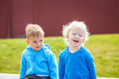 Πορτρέτο των καυκάσιων φίλων αγοριών και κοριτσιών στα μπλε hoodies Στοκ Εικόνες