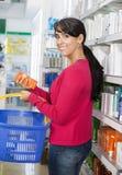 Πορτρέτο των καλλυντικών αγορών γυναικών στο φαρμακείο στοκ εικόνα με δικαίωμα ελεύθερης χρήσης