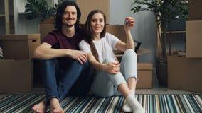 Πορτρέτο των κλειδιών εκμετάλλευσης ζευγών για τη νέα επίπεδη συνεδρίαση στο πάτωμα με τα κιβώτια γύρω απόθεμα βίντεο