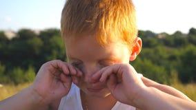 Πορτρέτο των λυπημένων παιδιών με τις συγκινήσεις και τα συναισθήματα Νέο κόκκινο αγόρι τρίχας με τις φακίδες που εξετάζει τη κάμ απόθεμα βίντεο