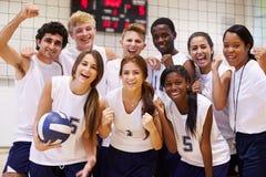Πορτρέτο των μελών ομάδας πετοσφαίρισης γυμνασίου με το λεωφορείο Στοκ Εικόνα
