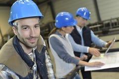 Πορτρέτο των μηχανικών στο εργοστάσιο στοκ φωτογραφία