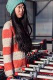 Πορτρέτο των μοντέρνων ασιατικών κοριτσιών κοντά στο μικρό κάρρο Στοκ φωτογραφίες με δικαίωμα ελεύθερης χρήσης