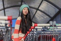 Πορτρέτο των μοντέρνων ασιατικών κοριτσιών κοντά στο μικρό κάρρο Στοκ εικόνες με δικαίωμα ελεύθερης χρήσης