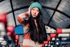 Πορτρέτο των μοντέρνων ασιατικών κοριτσιών κοντά στο μικρό κάρρο Στοκ Φωτογραφίες