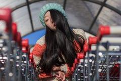 Πορτρέτο των μοντέρνων ασιατικών κοριτσιών κοντά στο μικρό κάρρο Στοκ εικόνα με δικαίωμα ελεύθερης χρήσης