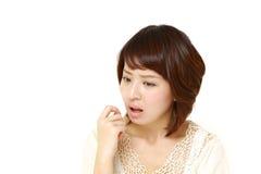 Πορτρέτο των νέων ιαπωνικών ανησυχιών γυναικών για κάτι στοκ εικόνα