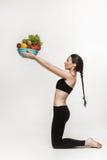 Πορτρέτο των νέων κατάλληλων λαχανικών εκμετάλλευσης γυναικών Στοκ φωτογραφία με δικαίωμα ελεύθερης χρήσης