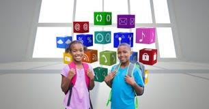 Πορτρέτο των παιδιών σχολείου που στέκονται ενάντια στα εικονίδια apps Στοκ Εικόνες
