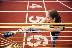 Πορτρέτο των ποδιών ενός αθλητριών τεντώματος στο υπαίθριο στάδιο Στοκ φωτογραφία με δικαίωμα ελεύθερης χρήσης