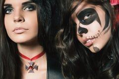 Πορτρέτο των προκλητικών γυναικών με τα γοτθικά μάτια smokey makeup Στοκ Εικόνες