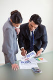 Πορτρέτο των προσώπων πωλήσεων που μελετούν τις στατιστικές Στοκ Εικόνες
