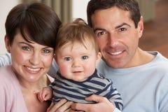 Πορτρέτο των υπερήφανων προγόνων με το γιο μωρών στο σπίτι Στοκ φωτογραφία με δικαίωμα ελεύθερης χρήσης