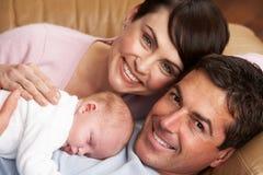 Πορτρέτο των υπερήφανων προγόνων με το νεογέννητο μωρό Στοκ εικόνα με δικαίωμα ελεύθερης χρήσης