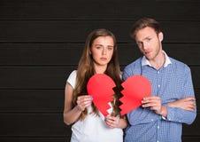 Πορτρέτο των λυπημένων σπασμένων εκμετάλλευση καρδιών ζευγών Στοκ φωτογραφία με δικαίωμα ελεύθερης χρήσης