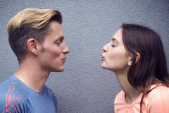 Πορτρέτο των φίλαθλων φυσώντας φιλιών ζευγών στοκ εικόνα