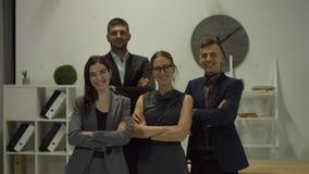 Πορτρέτο των χαμογελώντας επιχειρηματιών στο γραφείο απόθεμα βίντεο