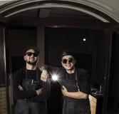 Πορτρέτο των χαμογελώντας κουρέων που στέκονται μπροστά από το barbershop τους Στοκ Φωτογραφία