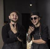 Πορτρέτο των χαμογελώντας κουρέων που στέκονται μπροστά από το barbershop τους Στοκ Εικόνα