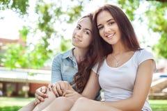 Πορτρέτο των χαμογελώντας κοριτσιών εφήβων σε ένα πάρκο Στοκ Εικόνες