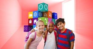 Πορτρέτο των χαμογελώντας παιδιών σχολείου που στέκονται ενάντια στα εικονίδια apps Στοκ Εικόνα