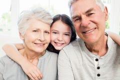 Πορτρέτο των χαμογελώντας παππούδων και γιαγιάδων και της εγγονής στοκ φωτογραφία με δικαίωμα ελεύθερης χρήσης