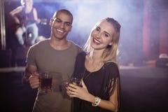 Πορτρέτο των χαμογελώντας φίλων που κρατούν τα γυαλιά μπύρας Στοκ Εικόνα