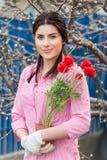 Πορτρέτο των όμορφων γυναικών εργαζόμενος κήπων Στοκ εικόνα με δικαίωμα ελεύθερης χρήσης