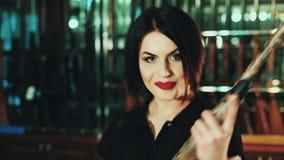 Πορτρέτο των όμορφων επικίνδυνων γυναικών που κρατούν ένα πυροβόλο όπλο απόθεμα βίντεο