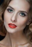 Πορτρέτο των όμορφων νέων γυναικών με τα κόκκινα χείλια Στοκ εικόνα με δικαίωμα ελεύθερης χρήσης