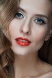 Πορτρέτο των όμορφων νέων γυναικών με τα κόκκινα χείλια Στοκ φωτογραφία με δικαίωμα ελεύθερης χρήσης