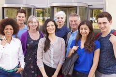 Πορτρέτο των ώριμων σπουδαστών στη σειρά μαθημάτων μεταδευτεροβάθμιας εκπαίδευσης Στοκ εικόνα με δικαίωμα ελεύθερης χρήσης