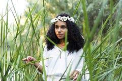 Πορτρέτο υπαίθρια μιας όμορφης νέας αμερικανικής γυναίκας afro στο SU στοκ φωτογραφίες