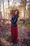 Πορτρέτο φθινοπώρου γυναικών χαριτωμένο κορίτσι υπαίθρια με μια ανθοδέσμη της κίτρινης φτέρης στο δάσος, έννοια πτώσης φθινοπώρου στοκ φωτογραφία με δικαίωμα ελεύθερης χρήσης