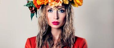 Πορτρέτο φθινοπώρου της όμορφης γυναίκας Στοκ εικόνα με δικαίωμα ελεύθερης χρήσης