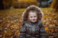 Πορτρέτο φθινοπώρου του χαριτωμένου χαμογελώντας μικρού κοριτσιού στοκ φωτογραφία