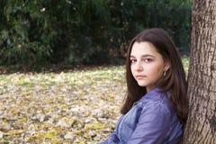 Πορτρέτο φθινοπώρου του όμορφου κοριτσιού εφήβων Στοκ φωτογραφία με δικαίωμα ελεύθερης χρήσης