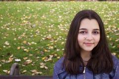 Πορτρέτο φθινοπώρου του όμορφου κοριτσιού εφήβων Στοκ Φωτογραφίες