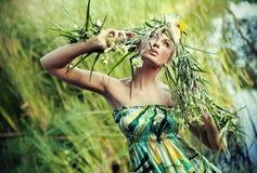 Πορτρέτο φύση-ύφους μιας νέας γυναίκας στοκ φωτογραφία