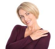 Πορτρέτο χαμογελώντας της αρκετά ηλικιωμένης γυναίκας που απομονώνεται στο λευκό. Στοκ φωτογραφία με δικαίωμα ελεύθερης χρήσης