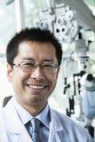 Πορτρέτο χαμογελώντας optometrist στην κλινική του Στοκ Εικόνες