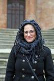 Πορτρέτο: Χαμόγελο καυκάσιο Brunette με το πέπλο και τα γυαλιά Στοκ Φωτογραφίες