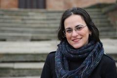 Πορτρέτο: Χαμόγελο καυκάσιο Brunette που φορά τα γυαλιά Στοκ Φωτογραφίες