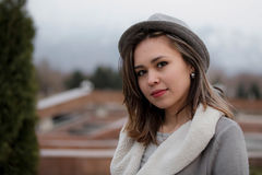 Πορτρέτο χειμερινών κινηματογραφήσεων σε πρώτο πλάνο μιας χαριτωμένης κυρίας στο γκρίζο παλτό και του μαντίλι strolling στο πάρκο Στοκ Φωτογραφίες