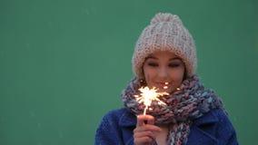Πορτρέτο χειμερινών νέο γυναικών με το κάψιμο firelight απόθεμα βίντεο