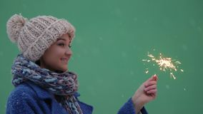 Πορτρέτο χειμερινών νέο γυναικών με το κάψιμο firelight φιλμ μικρού μήκους